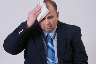 Schweißausbrüche im Gesicht sollten Sie sicherheitshalber mit einem Arzt besprechen.