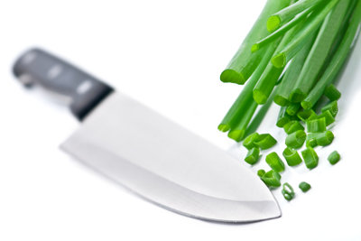 Eine Messerschleifmaschine sorgt in der Küche für scharfe Messer.