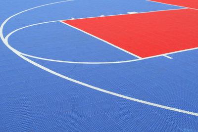 Übungen an der Sprossenwand finden in der Turnhalle statt. Vorsicht ist geboten!