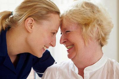 Wenn Sie Angehörige betreut haben, dann ist vielleicht eine Umschulung in der Pflege möglich.