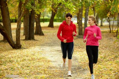 Joggen trainiert die Ausdauer und hilft, an den Oberschenkeln abzunehmen.