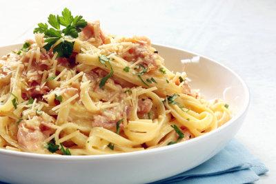 Garnieren Sie Ihr schnelles Abendessen mit frischen Kräutern Ihrer Wahl.