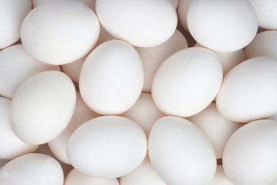 Beim Eierfärben werden aus weißen Eiern die schönsten Ostereier.