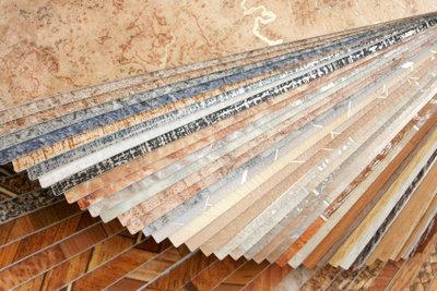 Einen Vinylboden zu verlegen bedarf einiger Geduld.