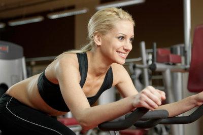 Radeln auf dem Hometrainer ist das optimale Training für schlanke Beine.