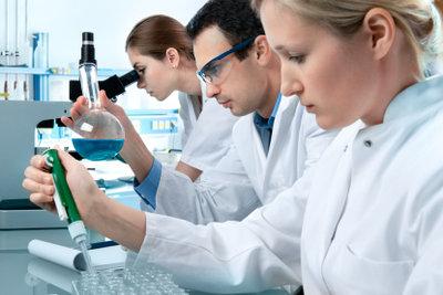 Ein Gerichtsmediziner ist auch im Labor tätig.