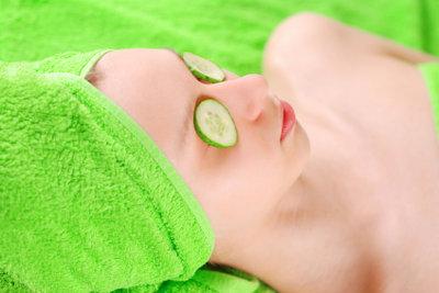 Gurkenscheiben auf den Augen sind ein klassisches Hausmittel gegen Tränensäcke.