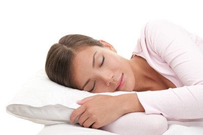Einfache Ratschläge helfen, um wieder erholsam ein- und durchzuschlafen.