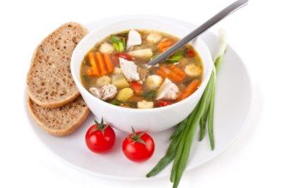 Servieren Sie abends Hühnchensuppe mit Brot.