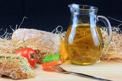 Das gold-gelbe Leinöl ist sehr gesund und eignet sich für Salat-Dressings.