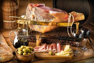 Mit einer Räucheranleitung für Fleisch können Sie selbst Schinken räuchern.