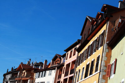 Vor allem in unsanierten Altbauten geht durch undichte Fenster viel Energie verloren.