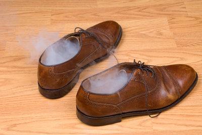Fußschweiß ist oft mit einem unangenehmen Geruch der Schuhe gekoppelt.