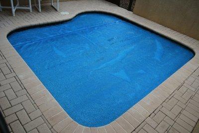 Den Pool richtig winterfest machen und pflegen.