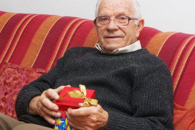 Mit einem schönen Geschenk zum 90. Geburtstag machen Sie einem lieben Menschen eine Freude.