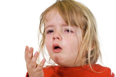 Wenn Kinder eine Angina haben, können einige Hausmittel den Schmerz bekämpfen.