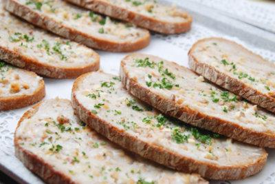 Schmalz ist ein leckerer Brotaufstrich.