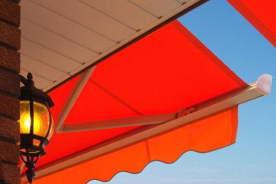 Gelenkmarkisen bieten Sonnenschutz auf Balkon und Terrasse.