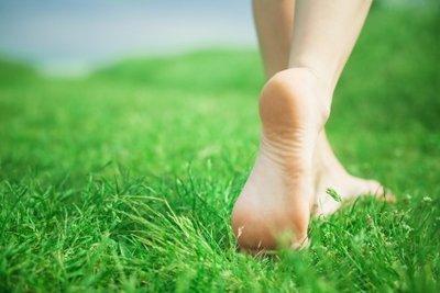 Einer von vielen guten Tipps bei Fersenschmerzen: Nicht barfuß laufen.