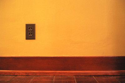 Fußbodenleisten zu verlegen vollendet den Bodenbelag perfekt.