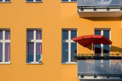 So können Sie einen Sonnenschirm am Balkongeländer anbringen.