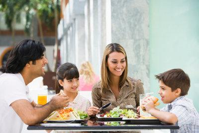 Den leckeren Kuskus kochen und gemeinsam genießen.