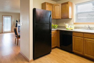 Nach dem Entfernen der Aufkleber wirkt ein alter Kühlschrank oft wie neu.