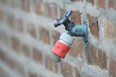 Schützen Sie Ihren Außenwasserhahn vor Frost.