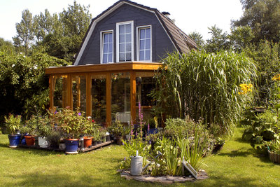 Im Garten kann man eine gemütliche Feuerstelle bauen.