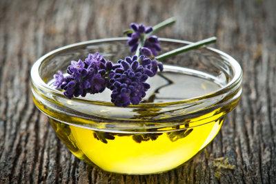 Aus den Blüten des Lavendel kann wertvolles Lavendelöl selber gemacht werden.