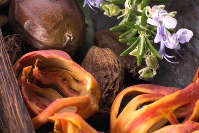 Aus Lavendel und Orangenschalen lassen sich Parfums selbst herstellen.