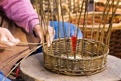Körbe lassen sich in Handarbeit auch selbst nach Anleitung flechten.