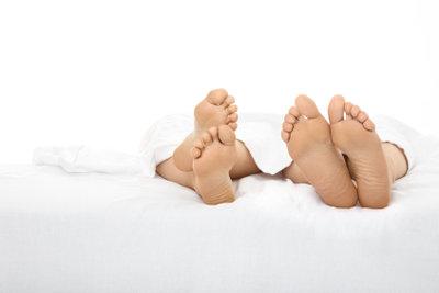 Trotz kalter Füße genügt eine niedrige Schlafzimmertemperatur.