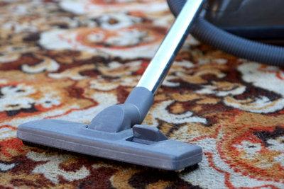 Wenn man regelmäßig staubsaugt und Ordnung hält, haben Teppichkäfer keine Chance.