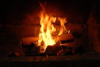 Genießen Sie die ungetrübte Sicht auf das Feuer, indem Sie das Kaminglas regelmäßig reinigen.