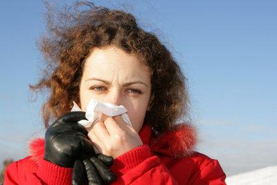 Eine starke Erkältung können Sie mit einigen Hausmitteln bekämpfen.