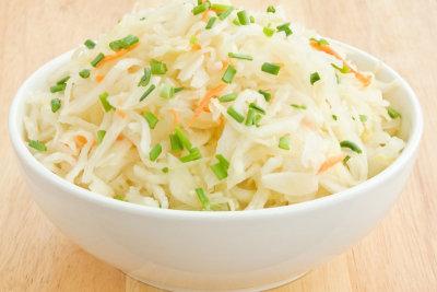 Sauerkraut enthält viel Milchsäure für eine gesunde Darmfunktion.