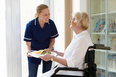 Sie möchten Altenpflegehelferin werden? So klappt es mit der Umschulung.