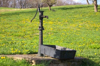 Ein Schlagbrunnen mit Schwengelpumpe ist relativ leicht selber zu bauen.