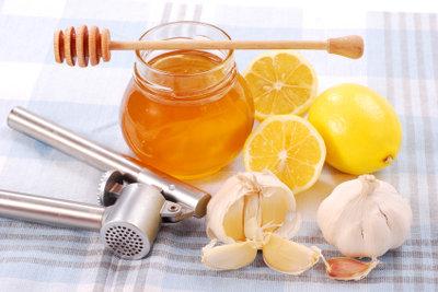 Hausmittel gegen Erkältung wie Honig oder Knoblauch sind oft in jedem Haushalt vorrätig.