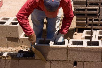 Bauen Sie Wände und Mauern mit Schalungssteinen und Fließbeton.