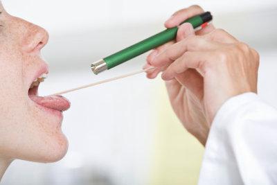 Gegen lästige Halsschmerzen stehen zahlreiche natürliche Mittel zur Verfügung.