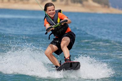 Für die Sicherheit und den Spaß sollten Anfänger ein passendes Wakeboard kaufen.