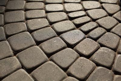 Bei der Terrassenreinigung bekommen Sie die Steine auch ohne Schrubben sauber.