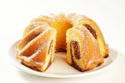 Marmorkuchen wird durch Zugabe von Quark besonders saftig und kalorienarm.