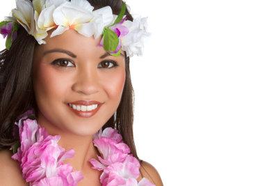 Gäste der Hawaii-Party sollten Sie mit Blumenketten begrüßen.