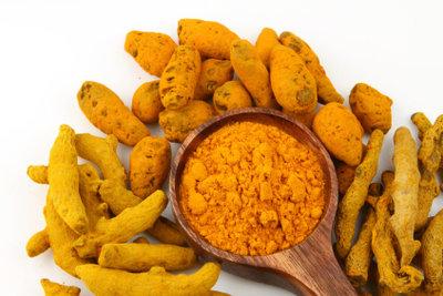 Curcuma ist ein gelbliches Pulver, das aus einer ingwerähnlichen Pflanze gewonnen wird