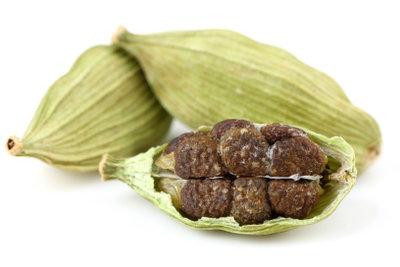 Die kleinen Samen in den Kardamomkapseln werden zum Würzen genutzt.