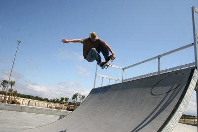 Es gibt verschiedene Techniken zum Abbremsen des Skateboards.