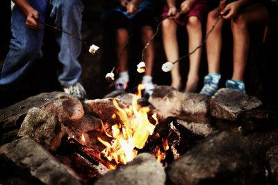 Beim gemeinsamen Lagerfeuer mit den Kindern den  Sorgerechtsstreit vergessen.